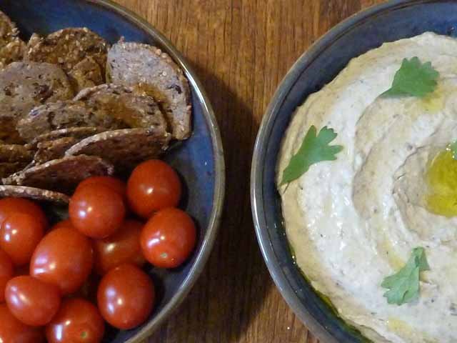Mung bean hummus with crackers and tomoatoes